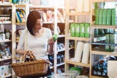 Informações sobre o produto da leitura da mulher na etiqueta imagens de stock royalty free