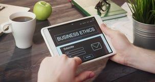 Información de la ética empresarial de la lectura usando la tableta digital en el escritorio almacen de metraje de vídeo