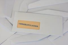 Información de la enhorabuena del sobre blanco Fotos de archivo libres de regalías