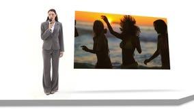 Información de la mujer en la diversión en la playa almacen de video