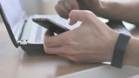 Información de la tarjeta de crédito que entra en un sitio en línea de las compras almacen de metraje de vídeo
