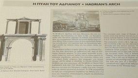 Información de referencia sobre el arco de Hadrian para los turistas en griego e inglés almacen de video