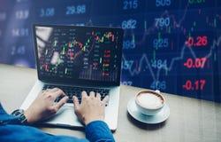 Información de trabajo del intercambio del mercado de acción del ordenador portátil del hombre de negocios Imagen de archivo