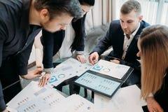 Información del documento del intercambio de ideas del equipo del negocio de la reunión imagenes de archivo