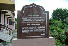 Informacja kamień przy Kuching Grodzkim meczetem a K masjid Bandaraya Kuching w Sarawak, Malezja Zdjęcia Stock