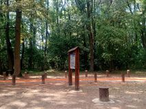Informacja stół na Jogging śladzie w lesie Zdjęcia Royalty Free