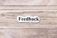 Informacje zwrotne słowo na papierze Pojęcie Słowa informacje zwrotne na drewnianym tle Obraz Stock