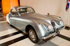 Informatie de Meer do cupê da cabeça fixa de Jaguar XK120 no museu de Louwman Imagens de Stock