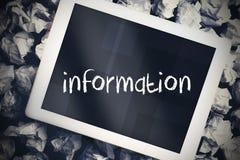 Informatie tegen tabletpc met het blauwe scherm Stock Foto