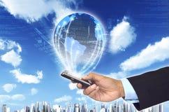 Informatie wereldwijd met slimme telefoon Stock Foto