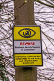 Informatief waarschuwingsbord op een houten post Stock Afbeelding