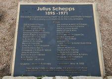 Informatieplaque voor bronsbeeldhouwwerk van Julius Schepps door Machael Pavolvsky in Julius Schepps Park in Dallas, Texas royalty-vrije stock foto's