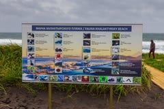 Informatieraad over de fauna die op het Khalatyrsky-strand, Kamchatka, Rusland wordt gevonden royalty-vrije stock foto