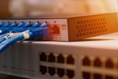 Informatietechnologie Computernetwerk, de Kabels van Telecommunicatieethernet met Internet-Schakelaar worden verbonden die stock afbeelding