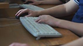 Informatik im Klassenzimmerabschluß oben stock footage