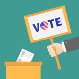 Information för mellanrum för papper för sluten omröstningröstningask Plattan för affärsmanhandinnehavet röstar text Royaltyfri Bild