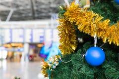 Information om julgran i flygplatsen och om flygschema stiger ombord Fotografering för Bildbyråer