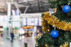 Information om julgran i flygplatsen och om flygschema stiger ombord Arkivbilder