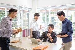 Information om lagaffärsplanläggning på mötet En grupp av affärsfolk att möta på ett skrivbord Affärsmän belastas om arbete arkivfoto