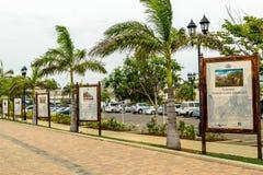 Information om skärmar av jamaikansk kultur på den Falmouth kryssningporten royaltyfria bilder