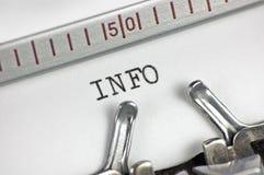Information tapante des textes de macro plan rapproché de machine à écrire photographie stock
