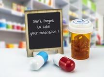 Informational Podpisuje wewnątrz aptekę, no zapomina brać twój lekarstwo na whiteboard obok butelek medycyny, zdjęcia royalty free