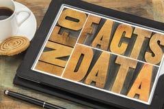 Informationen, Daten, Tatsachen OM tablet Lizenzfreie Stockfotografie