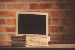 Informationen DEST und alte Bücher auf Holztisch Lizenzfreie Stockbilder
