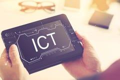 Informationen und Kommunikationstechnik mit einem Tablet-Computer stockfoto