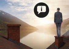 Informations-Ikonen und Geschäftsmann, die auf Dächern mit Kamin und Seeberglandschaft stehen Lizenzfreies Stockbild