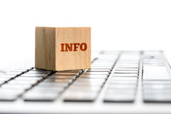 Informations-Text auf Holzklotz über Tastatur Stockbild