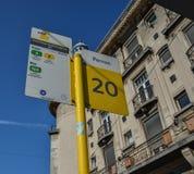 Informationsbräde av bussställningen royaltyfri foto