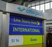 Informationsbräde av Cebu Pacific arkivbild