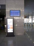 Informationsbräde av den snabba järnvägsstationen Arkivfoton