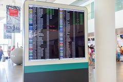 Informationsbräde i den internationella terminalen av flygplatsen K Royaltyfri Foto