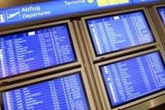 Informationsbräde i flygplats Royaltyfri Bild