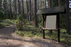 Informationsbräde i skogen Royaltyfri Foto