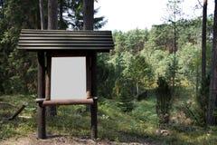 Informationsbräde i skogen Royaltyfri Bild