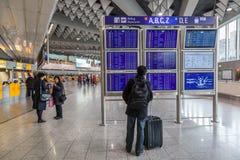 Informationsbräde om avvikelser på flygplatsen Arkivbilder