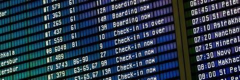 Informationsbräde om flyg i en flygplatsterminal royaltyfria foton