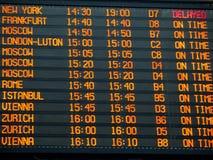 Informationsbräde om flyg i en terminal för internationell flygplats Royaltyfri Foto