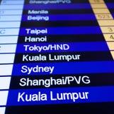 Informationsbräde om flyg i flygplats. Royaltyfri Foto