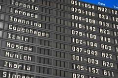 Informationsbräde om flyg i flygplats Arkivfoton