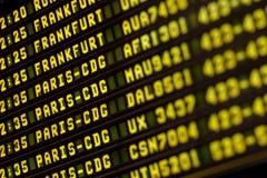 Informationsbräde om flyg i flygplatsterminal Arkivbilder
