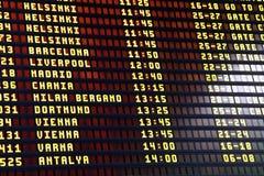 Informationsbräde om flyg i flygplatsterminal Arkivfoton