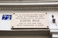 Informationsbräde på födelsehuset av Edith Piaf Royaltyfri Foto