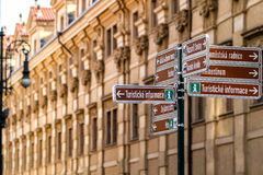 Informationsgatan undertecknar in Prague Arkivfoton
