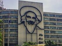 Informationsministerium-Gebäude mit einem Stahldenkmal zum kubanischen Premierminister Fidel Alejandro Castro Ruz - Revolutions-Q stockbild