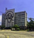 Informationsministerium-Gebäude mit einem Stahldenkmal zum kubanischen Premierminister Fidel Alejandro Castro Ruz - Revolutions-Q lizenzfreie stockfotografie