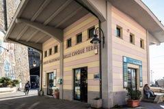 Informationsmitten av Cinque Terre National parkerar på drevstationen av den Riomaggiore staden, Italien Royaltyfri Bild